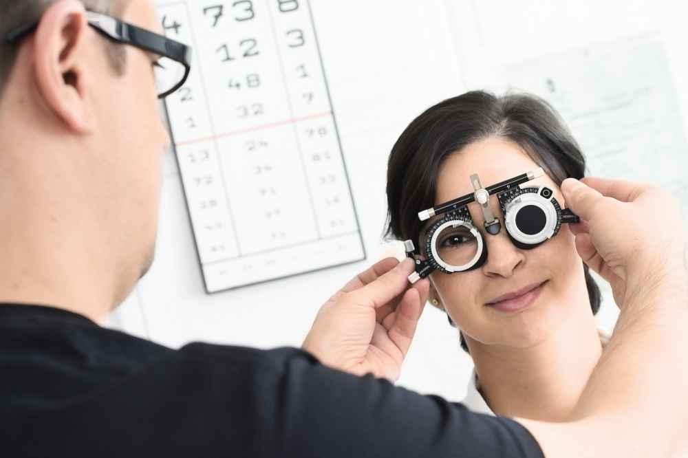 Jak okulista bada oczy i wzrok?