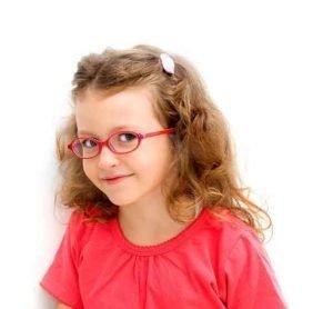 okulista dziecięcy dał dziewczynce okulary