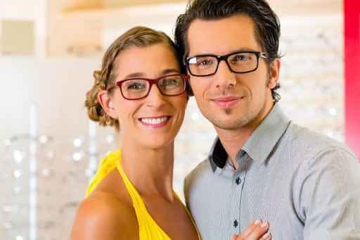 oprawki okularowe uśmiechnięta para