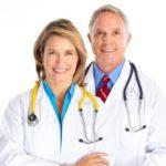 Optyk i okulista podczas pracy